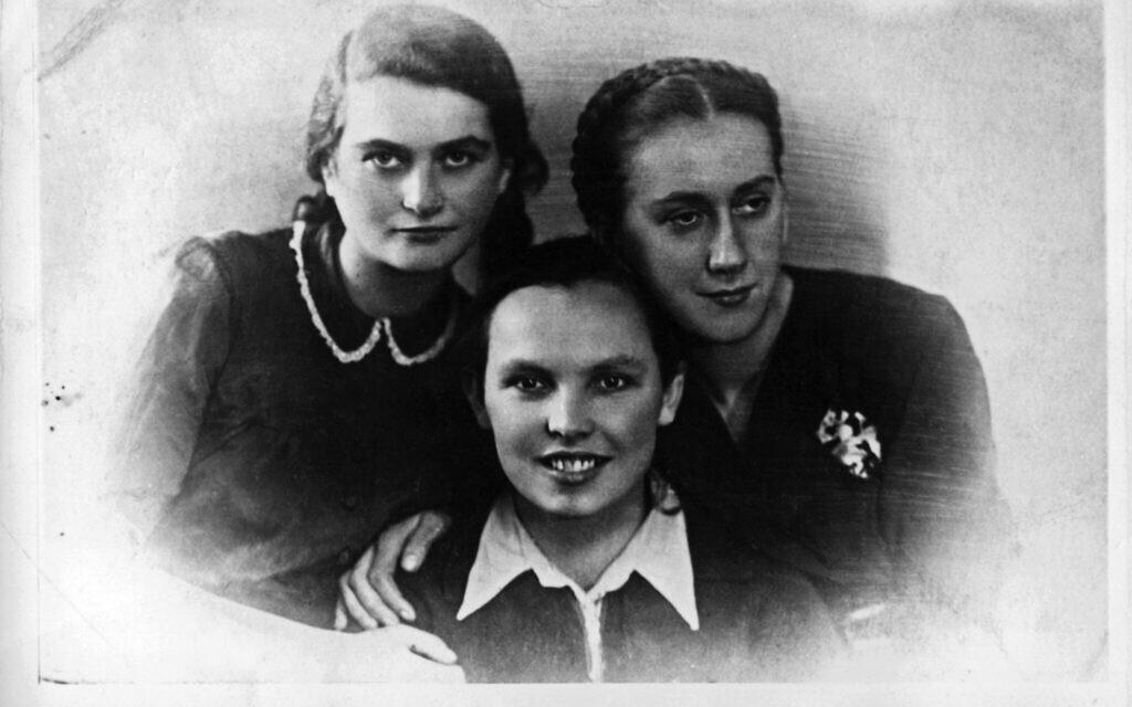 De gauche à droite :Tema Schneiderman, Bela Hazan, et Lonka Kozibrodska. Photographie prise lors d'une fête de Noël à la Gestapo, en 1941. (Autorisation :  Yad Vashem Photo Archive, Jerusalem. 3308/91)
