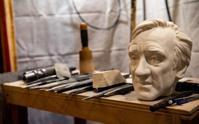 Un moule en argile du buste d'Elie Wiesel, qui a été sculpté dans la pierre de la cathédrale nationale de Washington, DC. (Autorisation de la National Cathedral)