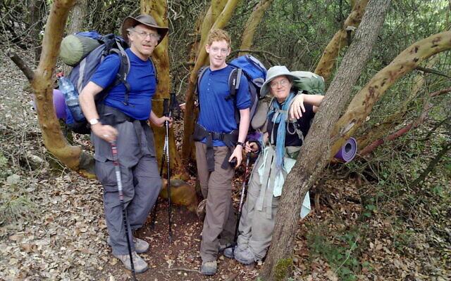 """Ezra Rabinowitz, Tzippi Moss et son mari Allan Rabinowitz sur chemin de Randonnée Israel National Trail en 2009, le sujet de son livre récemment publié, """"Angels and Tahina"""" (Autorisation de Tzippi Moss)"""