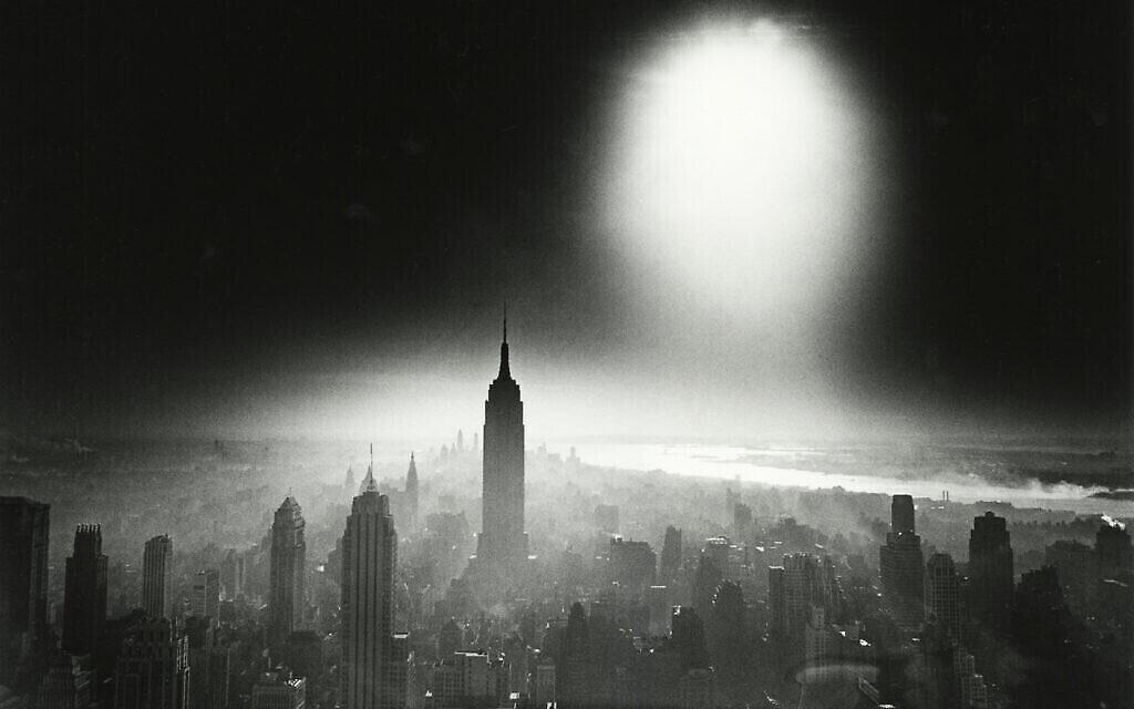 'Atom Bomb Sky,' en 1955, par William Klein. (Crédit : Howard Greenberg Gallery/ William Klein/ The Jewish Museum)