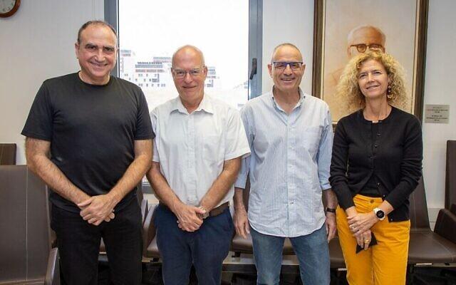De gauche à droite : Yossi Matias, vice-président de Google et directeur général du centre Google en Israël, Ariel Porat, président de l'université de Tel Aviv, Meir Feder, directeur du centre Center for Artificial Intelligence and Data Science et Tova Milo. (Autorisation)