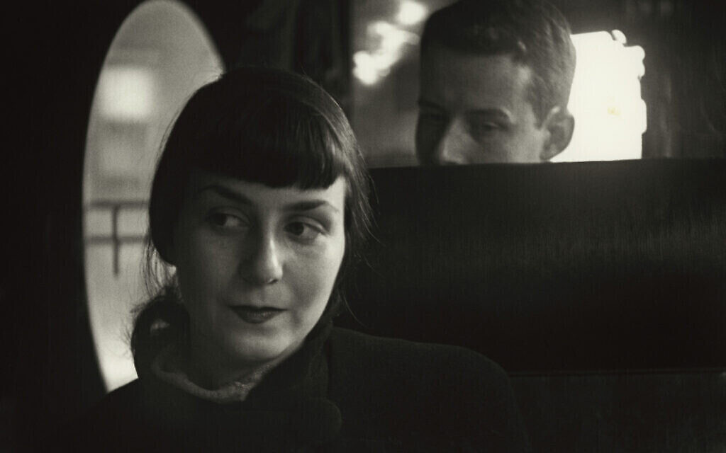 'Dick and Adele,' par Saul Leiter, aux environs de 1947. (Crédit : Saul Leiter Foundation/ courtesy Howard Greenberg Gallery/ The Jewish Museum)