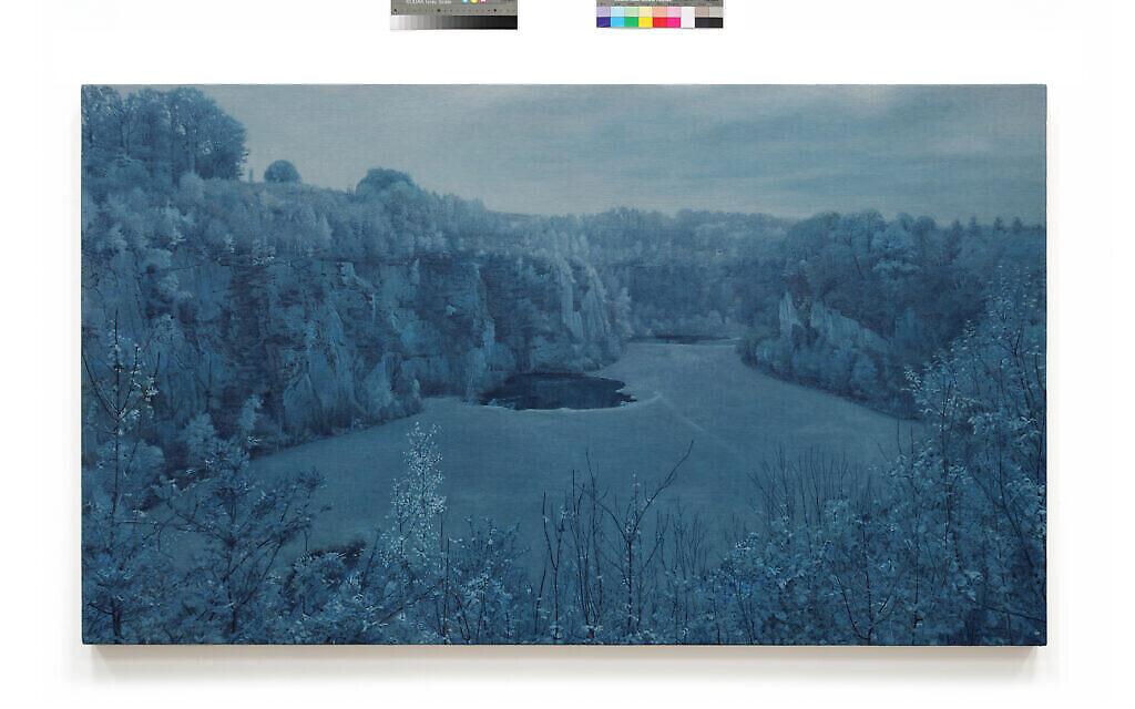 """Une vue de Mauthausen, tirée de """"Prussian Blue"""", la série de 50 peintures de Yishai Jusidman, exposée au Mishkan Museum of Art à Ein Harod à partir du 24 mars 2021 (Crédit : Ein Harod)."""
