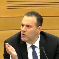 Capture d'écran d'une vidéo du député du Likud Miki Zohar pendant une rencontre de la Commission des Arrangements à la Knesset dont il est président, le 19 avril 2021. (Crédit : Chaîne de la Knesset)