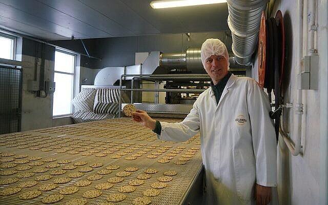 Pieter Heijs présente son produit dans son usine Hollandia Matzes à Enschede, aux Pays-Bas, le 19 mars 2018. (Crédit : Cnaan Liphshiz / JTA)