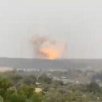 """Une explosion est visible dans une usine de roquettes dans le centre d'Israël, lors d'un """"test sous contrôle"""" selon le fabricant, le 20 avril 2021. (Capture d'écran/Twitter)"""