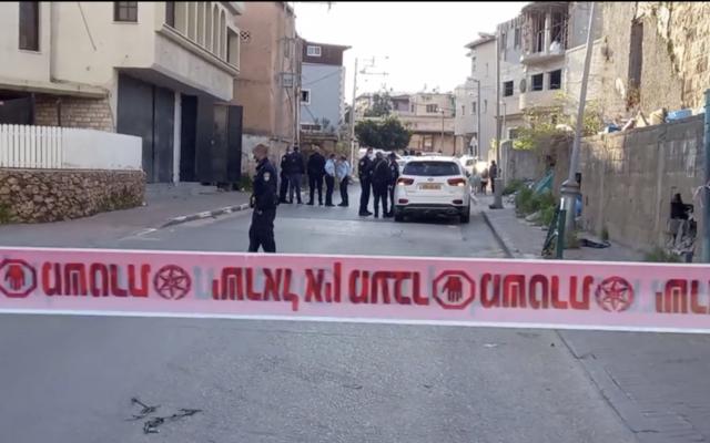 Illustration : La police sur les lieux du meurtre de Suha Mansour à Tira, une ville du centre du pays, le 12 avril 2021. (Capture d'écran : Ynet)