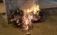 Des couronnes de fleurs et des drapeaux qui se trouvaient sur des tombes des soldats de Tsahal pour Yom HaZikaron, incendiés le 14 avril 2021. (Capture d'écran : Kan News/ Twitter)