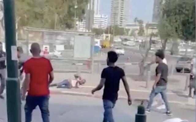 Capture d'écran d'une altercation qui a éclaté entre plusieurs hommes dans le sud de Tel Aviv, le 20 avril 2021. (Crédit :  Ynet)