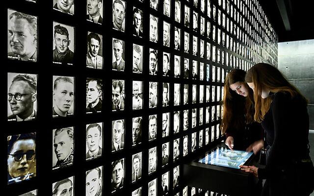 Deux étudiantes visitent le musée du Camp Amersfoortaux Pays-Bas, le 19 avril 2021. (Crédit : Mike Bink/National Monument Kamp Amersfoort, via JTA)