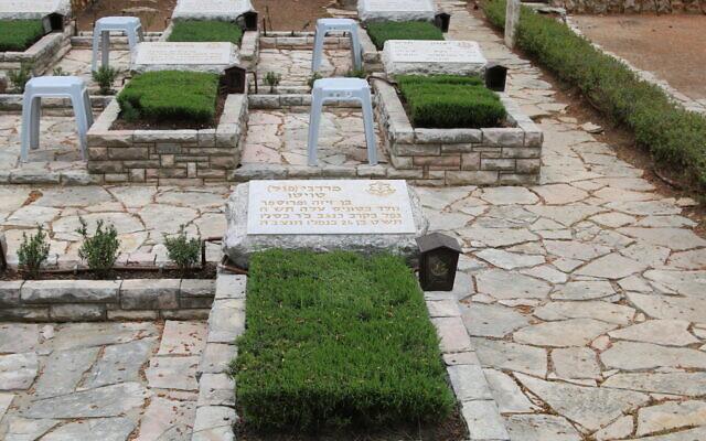 La tombe de Mordecai Tuito sur le mont Mt. Herzl. (Crédit : Shmuel Bar-Am)