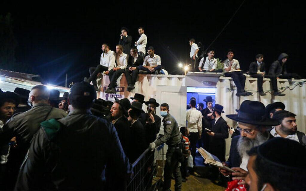 Des forces de secours et la police israéliennes sur les lieux d'un accident qui a tué au moins 44 personnes lors des célébrations de la fête juive de Lag BaOmer au mont Meron, dans le nord d'Israël, le 30 avril 2021. (David Cohen/Flash90)
