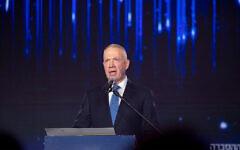 Le ministre de l'Éducation, Yoav Gallant, prend la parole lors de la cérémonie du Prix d'Israël à Jérusalem, avant le 73e jour de l'indépendance d'Israël, le 11 avril 2021. (Crédit : Olivier Fitoussi / Flash90)