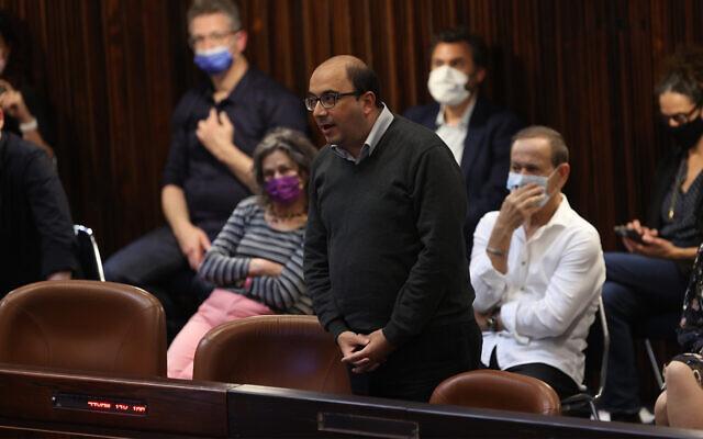 Le député de la Liste arabe unie Sami Abu Shehadeh pendant la prestation de serment de la 24è Knesset à Jérusalem, le 6 avril 2021. (Crédit :  Alex Kolomoisky/POOL)