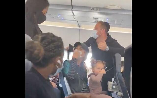 Une famille juive temporairement débarquée d'un avion de Spirit Airlines. (Capture d'écran)