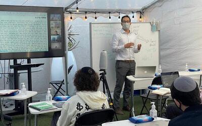 Le lycée Shalhevet de Los Angeles a investi dans la technologie d'apprentissage à distance pendant la pandémie. À l'automne, les élèves situés en Arizona commenceront à suivre les cours de Shalhevet par vidéo. (Autorisation/Tushar Dwivedi via JTA)