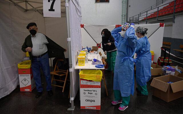 Vaccination à Logrono, dans le nord de l'Espagne, le 19 mars 2021. (AP Photo/Alvaro Barrientos)