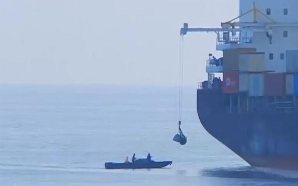 """Une embarcation suspecte à la poupe du navire iranien """"Saviz"""" en mer Rouge en 2018. (Capture d'écran vidéo d'Al Arabiya/File)"""