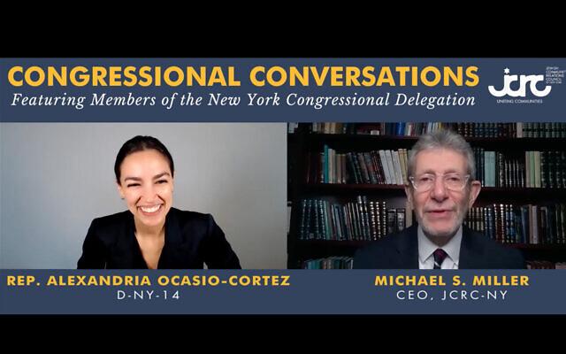 La représentante Alexandria Ocasio-Cortez, D-NY, est interviewée par Michael Miller, responsable du Conseil des relations avec les communautés juives de New York, le 1er avril 2021. (Capture d'écran/YouTube)