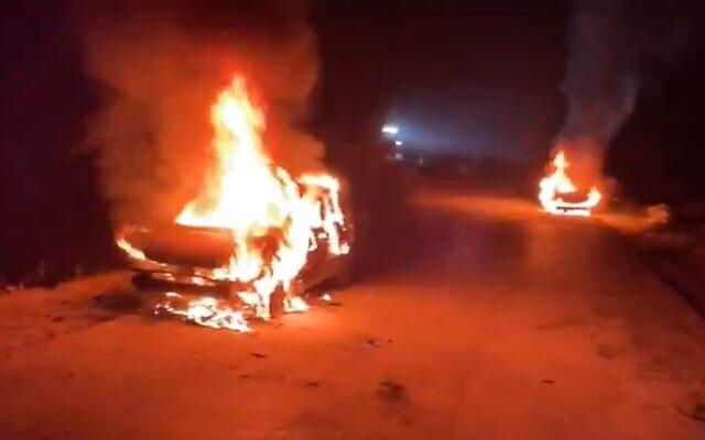 Des voitures incendiées dans le village palestinien de Beit Iksa, près de Jérusalem, suite à une attaque extrémiste juive présumée, le 28 avril 2021. (Capture d'écran : Twitter)