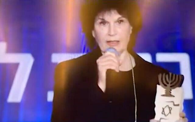 La réalisatrice Michal Bat-Adam lors de la remise du prix Israël, le 11 avril 2021. (Capture d'écran : Douzième chaîne)