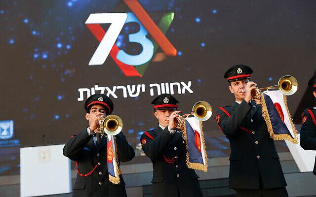 Des soldats avant la répétition principale de la 73e cérémonie de Yom HaAtsmaout, qui se tient au Mont Herzl, à Jérusalem, le 14 avril 2021. (Crédit : Yonatan Sindel/Flash90)