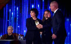 Une lauréate du prix d'Israël, Michal Bat-Adam, assiste à la cérémonie de remise des prix à Jérusalem, avant le 73e anniversaire de l'indépendance d'Israël, le 11 avril 2021. (Crédit : Olivier Fitoussi / Flash90)