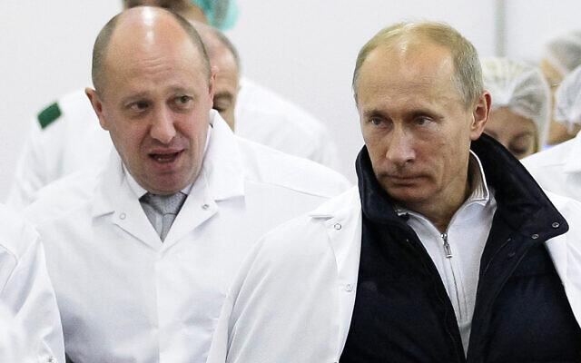 L'homme d'affaires russe Yevgeny Prigozhin, à gauche, et le président Vladimir Poutine, à droite, à l'usine de l'homme d'affaires aux abords de Saint Petersburg, en Russie, le 20 septembre 2010. (Crédit : Alexei Druzhinin/Pool Photo via AP, File)