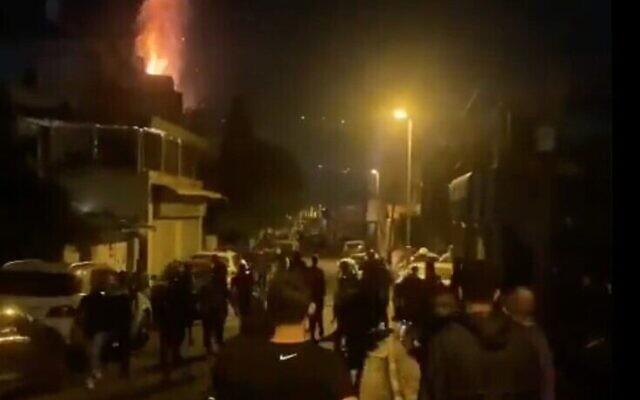 Capture d'écran : Une vidéo montre les affrontements dans le quartier de Wadi al-Joz à Jérusalem-Est qui ont fait un mort, une femme, le 18 avril 2021. (Crédit :   Twitter)