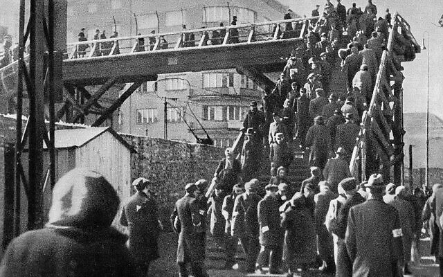 Passerelle du ghetto de Varsovie reliant les parties isolées du ghetto à la Varsovie aryenne sous l'occupation nazie. (Domaine public)