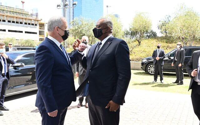 Le ministre de la Défense Benny Gantz, (à gauche), rencontre le secrétaire américain à la Défense Lloyd Austin, (à droite), au quartier général de l'armée israélienne à Tel Aviv, le 11 avril 2021. (Ariel Hermoni)
