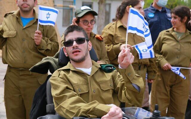 Des soldats en situation de handicap participent à des cérémonies de Yom HaAtsmaout, le 15 avril 2021. (Crédit : Special in uniform)