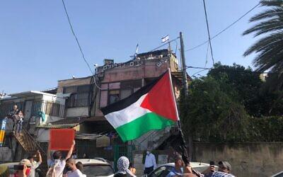 Des manifestants palestiniens agitent leur drapeau national lors d'une manifestation contre l'expulsion de certains Palestiniens de Sheikh Jarrah à Jérusalem-Est, le vendredi 16 avril 2021. (Aaron Boxerman/The Times of Israel)