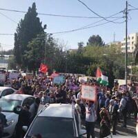 Des centaines de Palestiniens et de militants juifs de gauche manifestent contre l'expulsion des résidents palestiniens de Sheikh Jarrah à Jérusalem-Est, le vendredi 16 avril 2021. (Aaron Boxerman/The Times of Israel)