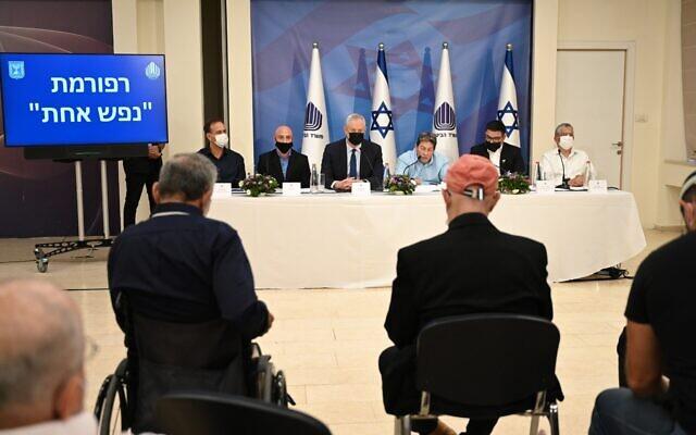 Des responsables du ministère de la Défense présentent les nouvelles réformes du département de la Réhabilitation au quartier général de la Défense à Tel Aviv, le 22 avril 2021. (Crédit : Ariel Hermoni/Ministère de la Défense)