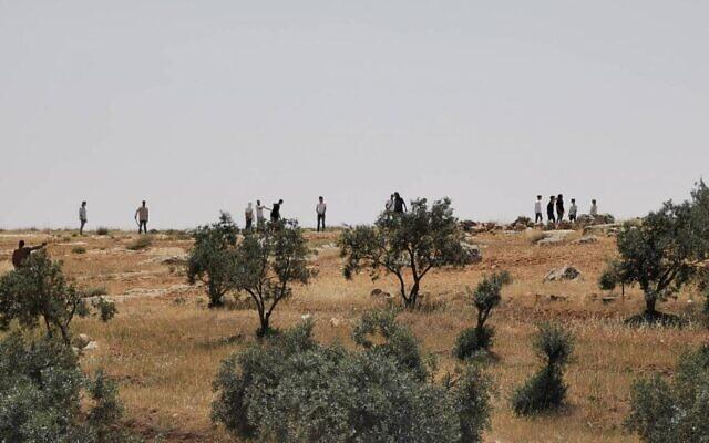 Des habitants d'implantation attaquent des Palestiniens dans le sud des collines de Hébron près du village palestinien d'al-Tuwani, le 24 avril 2021. (Crédit : Eyal Huravni/ B'Tselem)