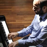 Yakir Arbib, en concert le 11 mai avec l'ECUJE. (Crédit : jazznklezmer.fr)
