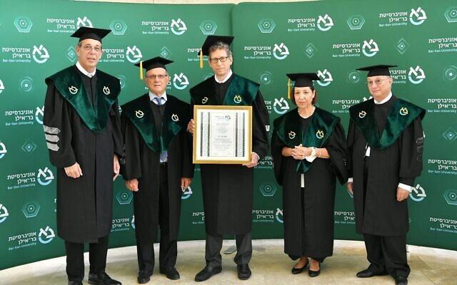 Tal Zaks, au centre, médecin-conseil de Moderna, reçoit un certificat de doctorat honoraire à l'université Bar-Ilan, le 26 avril 2021. (Autorisation)