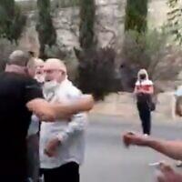 Un partisan pro-Netanyahou qui a agressé verbalement Maria Elkin, épouse du député de Tikva Hadasha Ze'ev Elkin, devant leur maison à Jérusalem le 19 avril 2021. (Capture d'écran : Twitter)