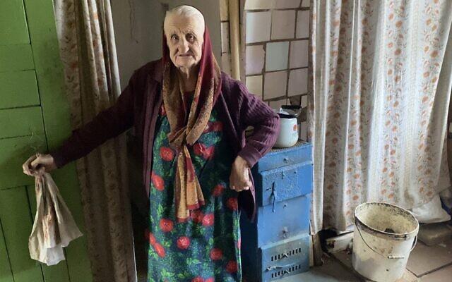 Lyubov Arkhiptsova-Volchek à son domicile de Hlusk, en Biélorussie, au mois de mars 2021. (Crédit : From the Depths via JTA)