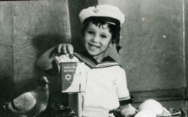 Un enfant tient une boîte bleue pour collecter des dons pour KKL-JNF, une photo non-datée. (Autorisation :  KKL-JNF)
