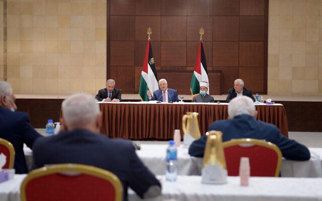 Le président de l'Autorité palestinienne  Mahmoud Abbas annonce le report des élections palestiniennes à une date indéterminée, le 29 avril 2021. (Crédit : WAFA/Tha'ir Ghanayem)