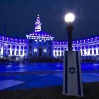 L'hôtel de ville de Denver s'illumine en bleu et blanc en l'honneur du jour de l'indépendance d'Israël le 14 avril 2021. (Crédit : Israel-American Council)