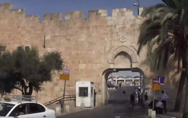 La porte des Maghrébins, située dans la partie sud-est de la Vieille Ville de Jérusalem, est l'entrée la plus proche du mur Occidental et constitue le principal passage pour les véhicules. (Capture d'écran : YouTube)