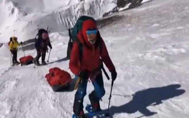 Danielle Wolfson grimpe le versant de l'Everest. (Capture d'écran : Treizième chaîne)