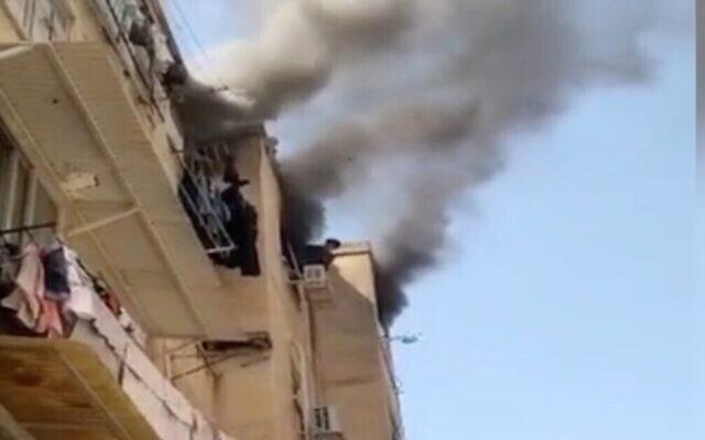 Un appartement en feu à Rishon Lezion, le 28 avril 2021. (Capture d'écran Douzième chaîne)