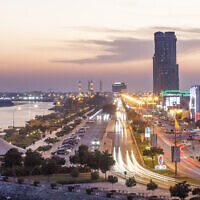 Photo d'illustration : La corniche de Ras  al Khaimah, illuminée la nuit. (Crédit : iStock)