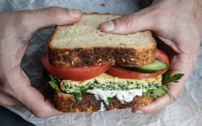 """Le sandwich """"havita"""" à l'omelette de Shosh, la nouvelle adresse parisienne du chef israélien Assaf Granit. (Crédit : shosh.paris / Instagram)"""