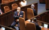 Le Premier ministre Benjamin Netanyahu (R) et le ministre de la Défense Benny Gantz se tournent le dos lors de la prestation de serment de la 24e Knesset. (Bureau du porte-parole de la Knesset)