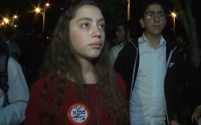 """Une femme dit ne pas vouloir """"faire brûler"""" les Arabes mais vouloir les expulser dans un entretien avec Kan, le 22 avril 2021. (Capture d'écran)"""